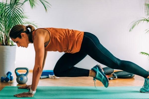 fit women doing mountain climber HIIT exercise to target belly fat